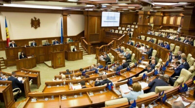 """Opoziția scandează """"HOȚII""""! Ședință nocturnă la Parlament. PSRM și """"Pentru Moldova"""" au votat legile bugetului aproape de miezul nopții"""