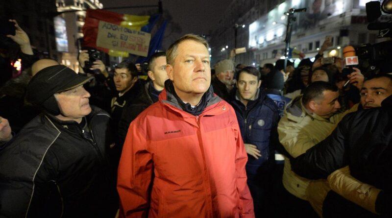 Mii de oameni în stradă și o geacă roșie dispărută. E plecat la schi cu xenofobia în plic – CRITICII.RO