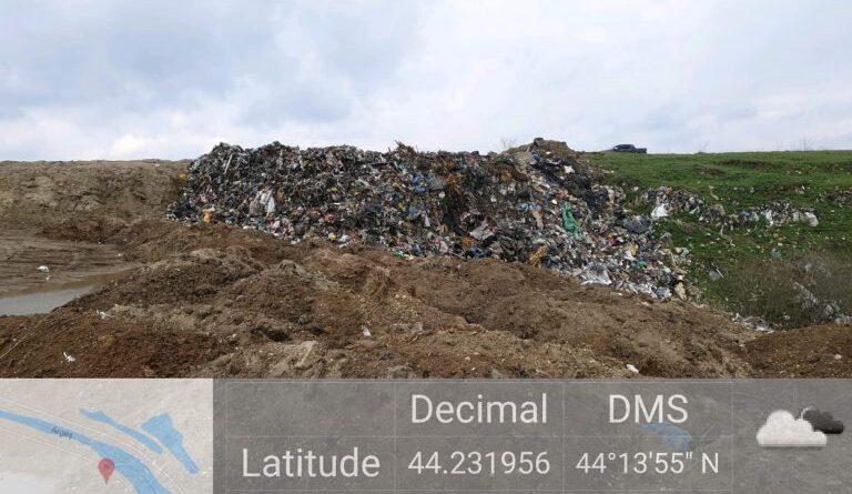 """Giurgiu, """"raiul"""" gropilor de gunoi clandestine. Zeci de tone de gunoi aruncate în râul Argeș"""
