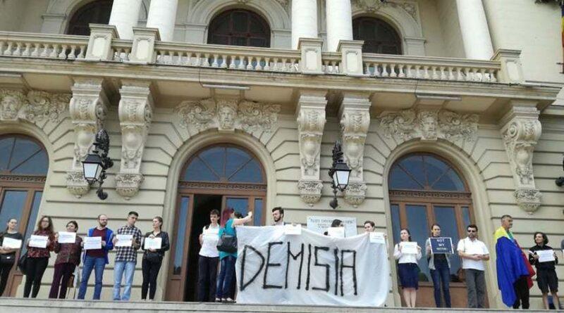 UMF Iași discriminează studenții și le condiționează prezența la examene de vaccinare sau test PCR. Studenții se revoltă